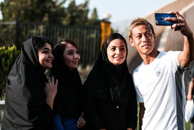 ◆朗報◆カンボジア代表監督本田圭佑、イラン人美女とセルフィー撮っててワロタwww
