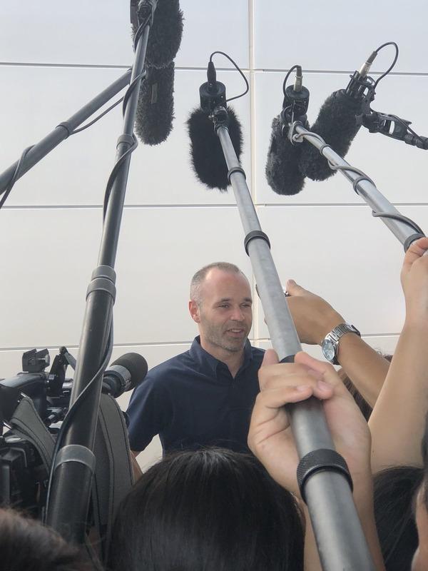 ◆悲報◆来日したヴィッセル神戸加入のイニエスタ、暑すぎて?トロケそうになる(´・ω・`)