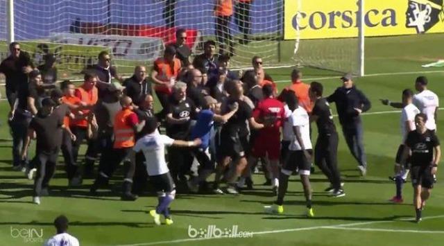 ◆悲報◆リーグアンでバスティアサポがピッチになだれ込みリヨンの選手を襲撃!一部警備員も襲撃に加担し試合中止に追い込む