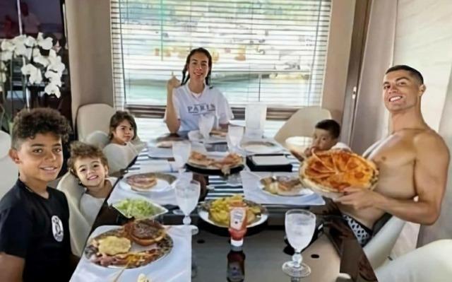 ◆朗報◆クリロナさんは朝食も昼食もコロナ対策もすべてパンイチ
