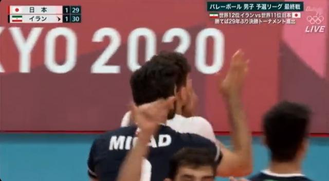 ◆悲報◆五輪バレーボールの主審、イランの選手に囲まれて規定外のビデオチェックをしてしまう(´・ω・`)