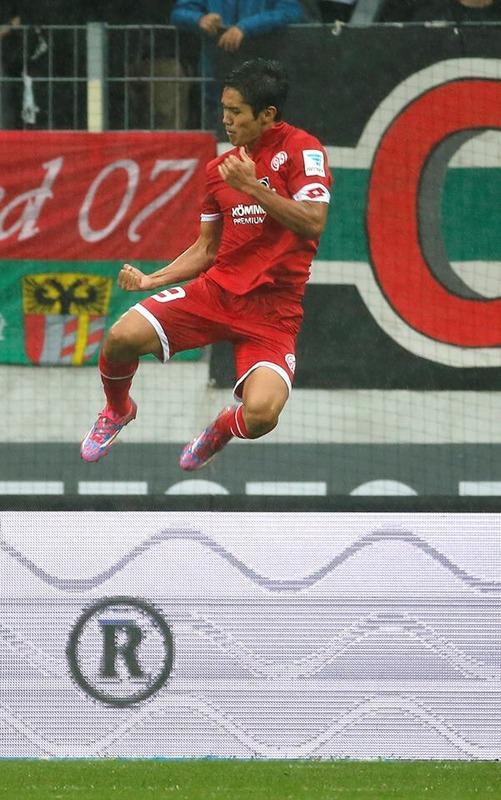 ◆画像◆マインツ公式「(意訳)ゴールパフォ時の武藤よっちのジャンプ高すぎ!クリロナ並み!」ワロタw