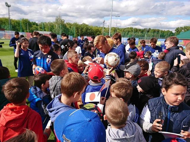 ◆朗報?◆やっぱりロシアでは本田圭佑が大人気…地元クラブルビン・カザンユースの子どもたちが本田に群がる