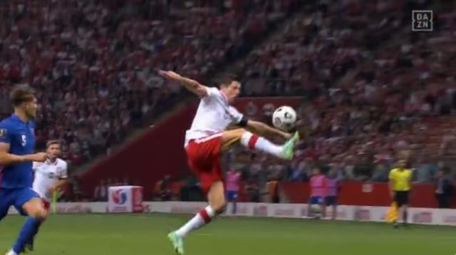 ◆W杯予選好◆真後ろから頭越しに来るボールをむっちゃトラップするレバンドフスキが半端ない