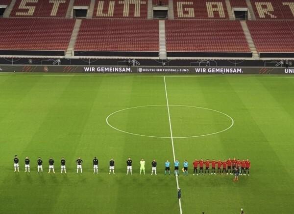 ◆画像◆試合前の整列の全長ドイツ代表13m、スペイン代表5m超密w
