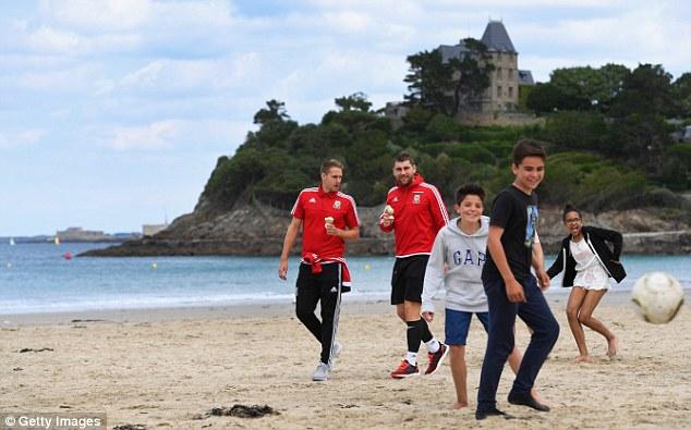 ◆EURO小ネタ◆イングランド敗退に狂喜乱舞のウェールズ代表は翌朝ビーチでアイスクリームを舐めてた!なおベイルはシェイク
