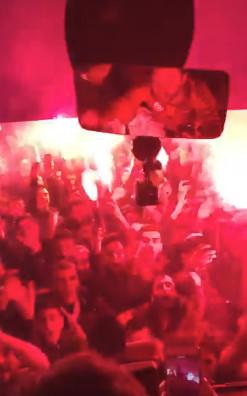 ◆トルコ◆ガラタサライのチームバス、クラブハウスに帰った瞬間大量のサポーターに取り囲まれる…長友がバスからの光景をUP
