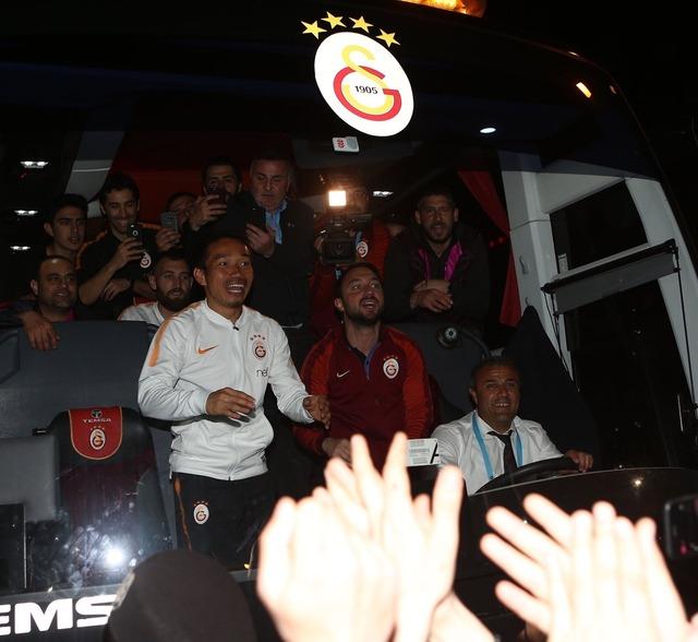 ◆画像◆長友ガラタサライのチームバスを前から覗き込んでみた結果