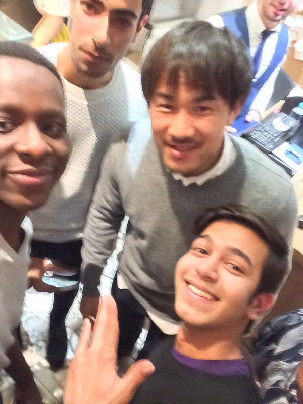 ◆画像◆岡崎慎司、地元商店で少年らに取り囲まれる・・・・その後自転車屋で店主とパシャリ!