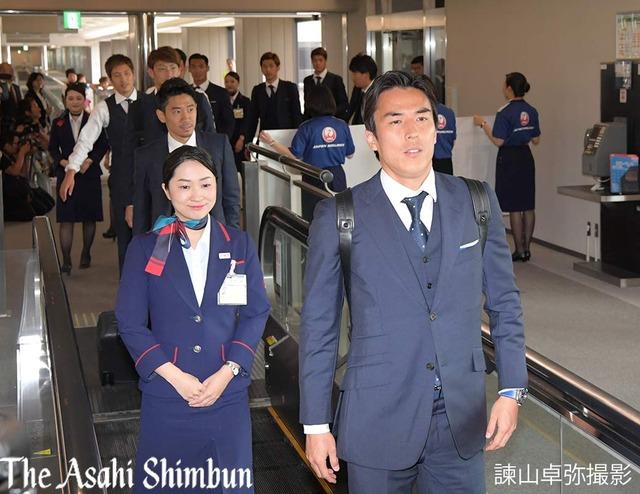 ◆画像◆空港で代表の先頭を歩く長谷部誠キャプテンが引率の先生みたいで草