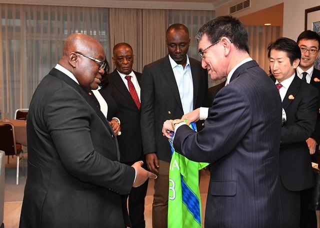 ◆J小ネタ◆河野外相職権乱用??ガーナ大統領に湘南ベルマーレのユニフォームプレゼントしててワロタwww
