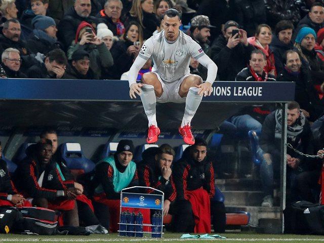 ◆画像◆交代出場直前ジャンプするイブラヒモビッチがベンチの屋根に座ってるように見えて草