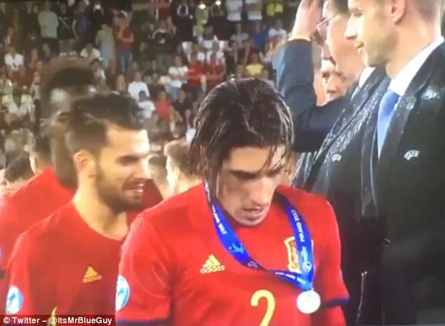 ◆悲報◆アーセナルDFベジェリン、U21EURO決勝で負けたのに一人だけ大事にメダルを掛け続けてると嘲笑される(´・ω・`)