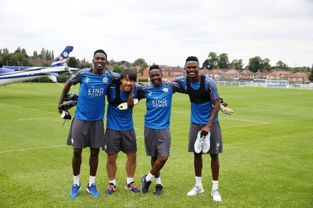 ◆画像◆岡崎慎司がムサらチームメイトと肩組んで写真撮った結果 脹脛が一番太くて草