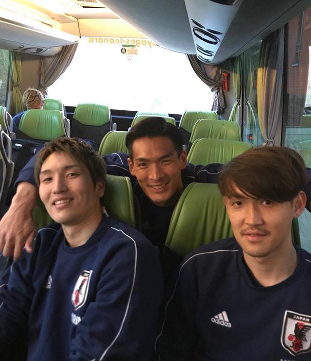 ◆代表小ネタ◆チームバスで宇佐美・原口・槙野のスリーショット!最も気になる部分とは???