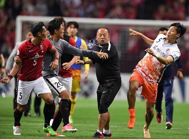 ◆悲報◆リオネル・メッシさん、韓国メディアに「ピッチ上の暴力は許されない」と言われてしまう(´・ω・`)