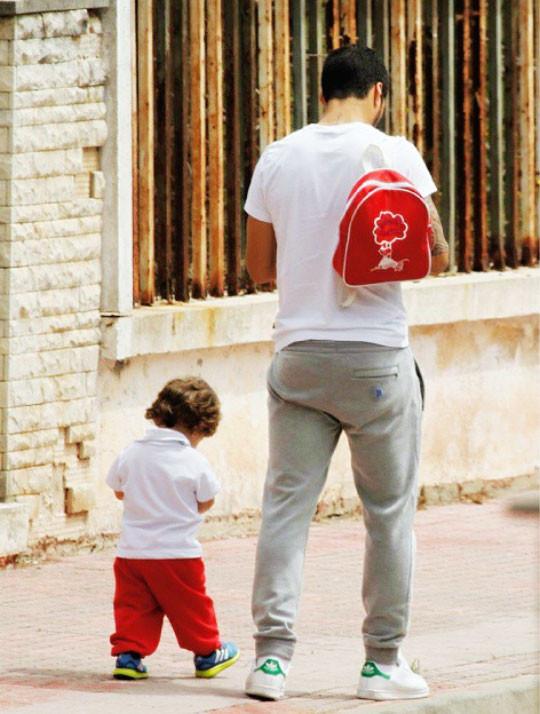 ◆リーガ小ネタ◆並んで歩くスアレス親子の後ろ姿が可愛い、尚お散歩途中にメッシと出会った模様