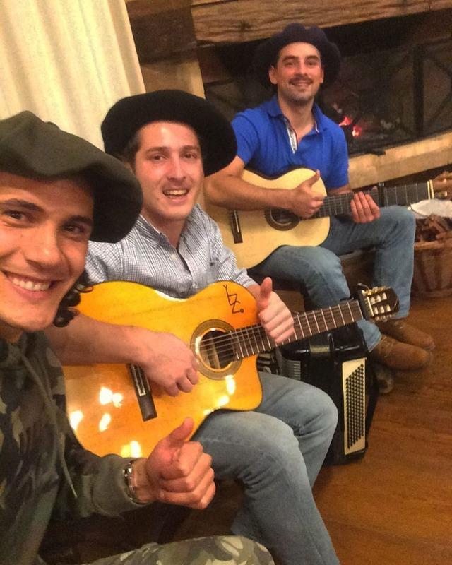 ◆朗報◆カバーニ師匠もう一人じゃない!ウルグアイのギタリスト二人とベレー帽ボーイズ結成!?