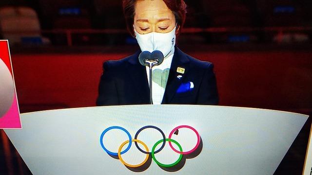 ◆悲報◆橋本聖子氏のスピーチ時五輪マークに停まった新国立の蛾、タオルで追い払われる(´・ω・`)