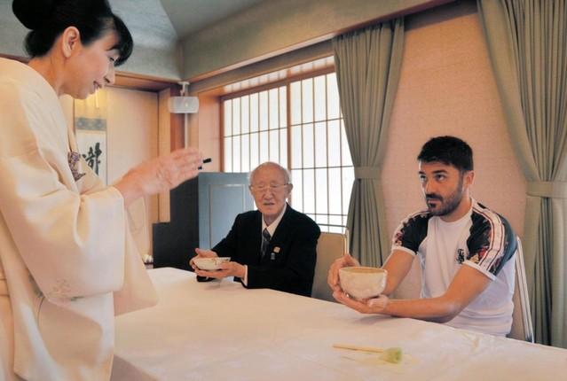 ◆朗報◆ビジャ、茶道体験でリフレッシュ 正座やお点前に挑戦「奥深さに触れられた」