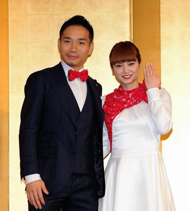 ◆画像◆婚約会見で並んだ長友佑都が平愛梨に比べて顔がデカすぎると話題に!
