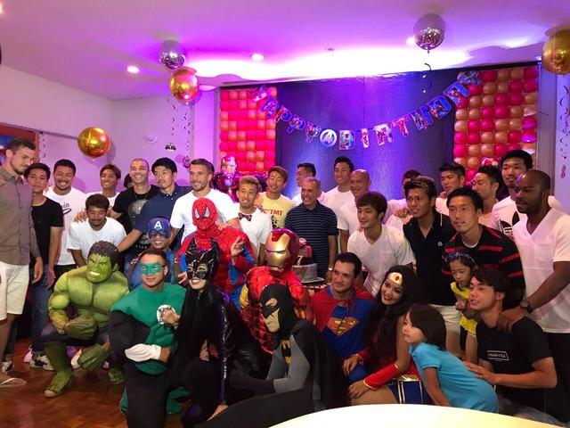◆画像◆ポルディら神戸の面々がネルシーニョの誕生日に仮装パーティを開いた結果www