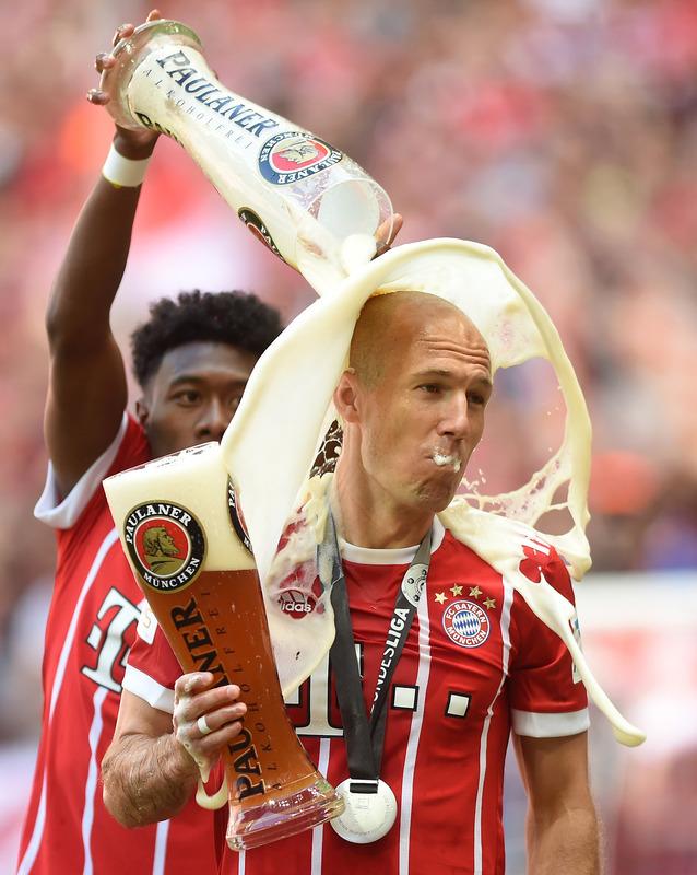 ◆画像◆優勝セレモニーでアラバがロッベンの頭頂部からビールをかけた結果www