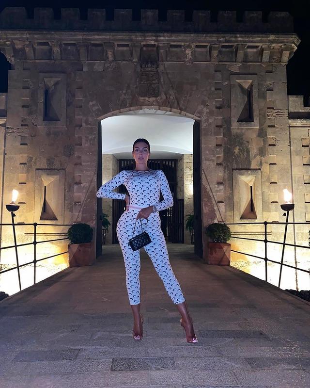 ◆画像◆クリロナさんの彼女ジョルジナのおしゃれ服、なんかヘン