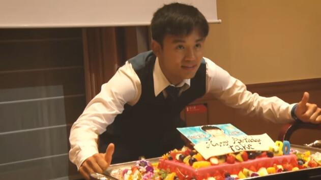 ◆画像小ネタ◆二十歳の巨大誕生日ケーキを前にしてザンマイモドキポーズ決める久保建英(´・ω・`)