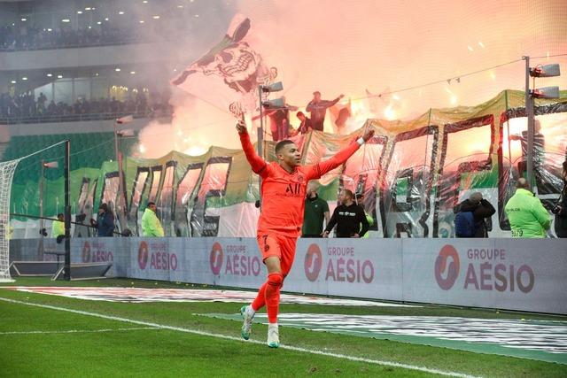 ◆悲報◆サンティチェンヌサポ、PSG戦で発煙筒のみならず大量の打ち上げ花火を打ち上げて試合またく見えず