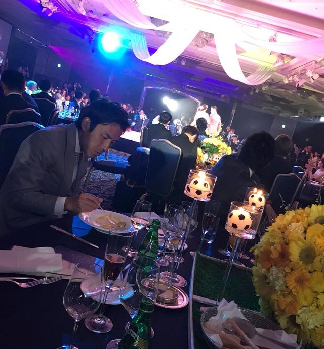 ◆画像◆長友の披露宴で食事に集中する長谷部(´・ω・`)