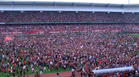 ◆ブンデス二部◆終了した瞬間観客の大乱入でニュルンベルクのスタがまるでフェスのようになっていると話題に!