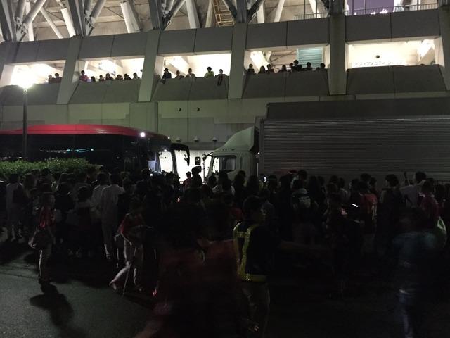 ◆悲報◆浦和サポ 3連敗にブチ切れバス囲みか???