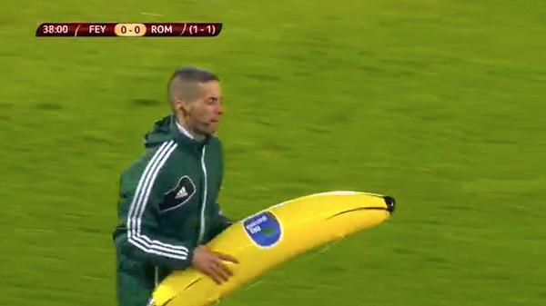 ◆EL事件◆フェイエノールトサポーターが人種差別。ピッチに巨大バナナを投げ込む