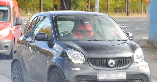 ◆ゴシップ◆マンUのとある主力選手、謎のブロンド美女の車で顔を隠してコソコソとご出勤!いったい誰なんだと英国で話題に!