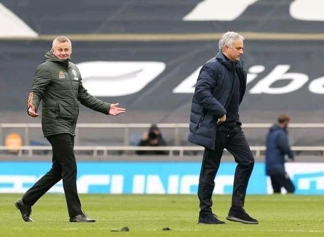 ◆悲報◆マンUに破れたモウリーニョさん、試合終了後不機嫌な態度でスールシャールに「何この人!」ってアピールされてしまう