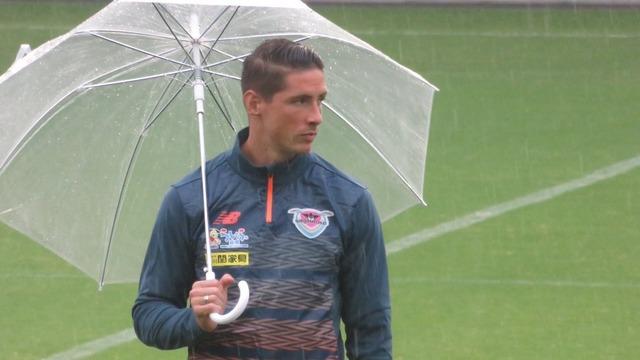 ◆画像◆ファン感で雨にビニール傘をさすF・トーレス師匠…炎の体育会TV出演決定