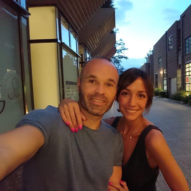 ◆画像◆イニエスタ、奥さんと神戸の街で夕暮れ時にセルフィ