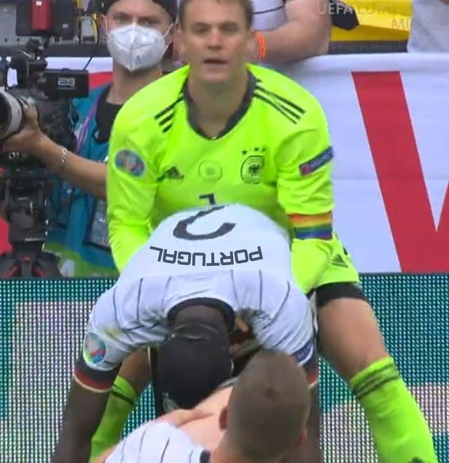 ◆悲報◆レインボーの腕章をしたドイツ代表GKノイアーさん、屈んだ葡萄牙代表DFセメドを後ろから攻めてしまう(´・ω・`)