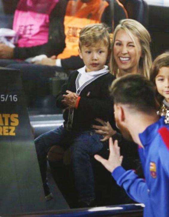 ◆悲報◆リオネル・メッシさんが試合前のカンプ・ノウでスアレスの息子を見つけて手を振った結果www