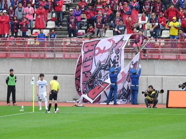 ◆画像◆CKのボールを不正に置く神戸の中坂に怒って旗で煽ろうとする鹿サポワロタwww