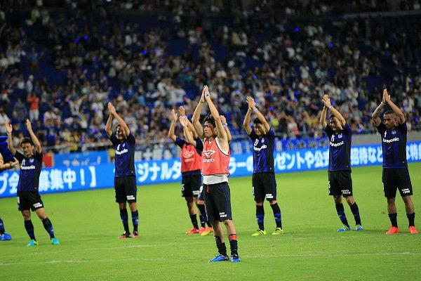 ◆画像◆G大阪イレブンが試合後サポとアイスランド儀式してる最中の一枚がシュールすぎると話題に!