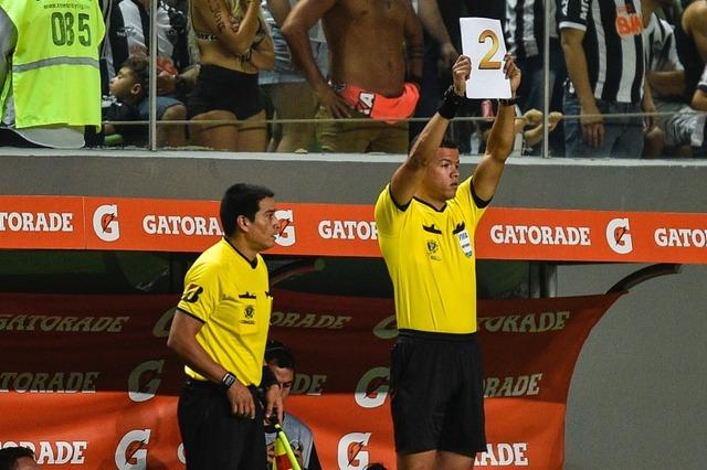 ◆悲報◆リベルタドーレス審判団選手交代ボードを忘れる珍事…代わりはA4用紙