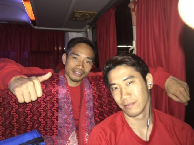 ◆画像◆帰りのバスでおでこ広めの長友とちょっとオラツキ気味の香川