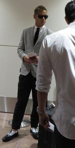 ◆日本代表◆本田圭佑、長谷部誠など9人が同じ便で帰国、本田ファッションはボーダースーツ