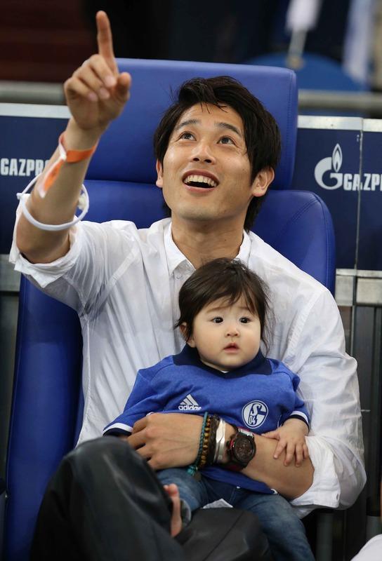 ◆おめでと◆内田篤人が昨年秋生まれた長女をシャルケサポにスタジアムで披露