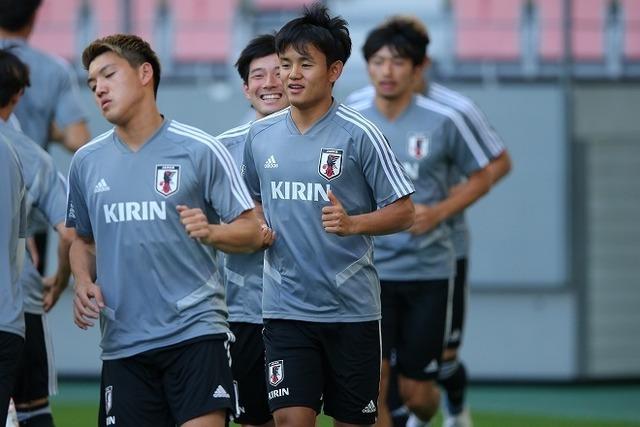 ◆日本代表◆久保建英上々の始動!長友佑都「久保さんがボールを持ったら、僕は走りますよ」