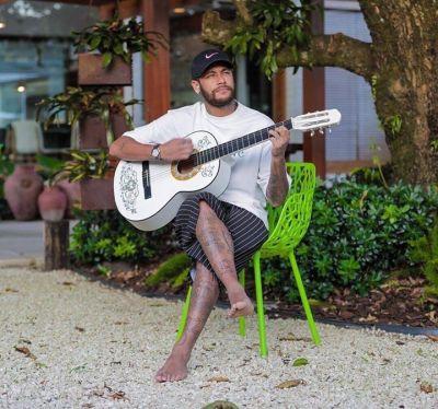 ◆画像◆ネイマールさん、憧れの白いギターを爪弾いてしまう