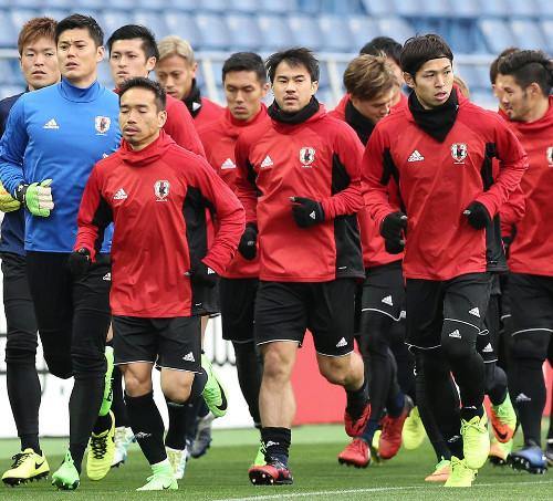 ◆日本代表◆岡崎3トップ中央で先発へ 負傷の大迫「同じFWとして参考になる」