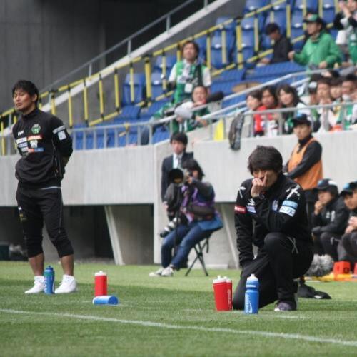 ◆画像◆戦況を見つめるG大阪U23指揮官 宮本恒靖のポーズから名将感が漂っていると話題に!